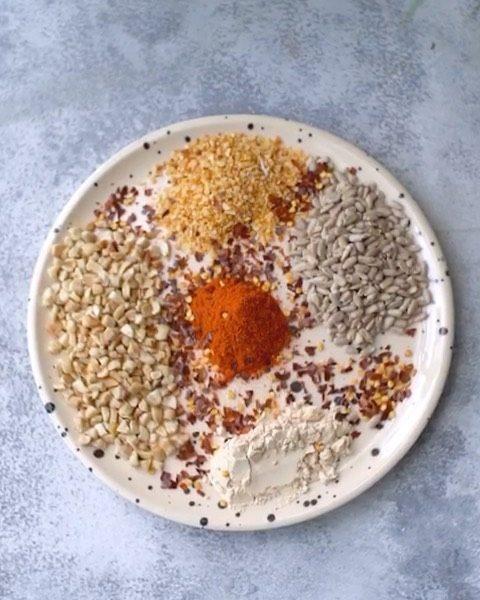 Queso rallado vegano con nuestro aporte proteico a base de la proteina de arvejass🌱✨  Ingredientes 🌱Castajas de caju 🌱Semillas de girasol 🌱Pimentón dulce 🌱Proteina de arvejas 🌱Ajo triturado
