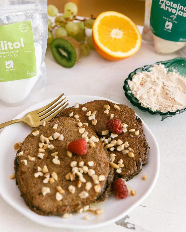 🌱Receta Vegetariana🌱 Pancakes:  Leche vegetal 250 cc Xilitol 50 g Huevos 2 Unidades Proteina de arvejas 20 g Harina de chia algarroba 200 g Polvo de hornear 12 g Sal rosada 1 Pizca  Lo podes decorar con lo que más te guste🌸 Podes encontrar nuestros productos en la web (link en bio)  🍇🍎🍌🍒🥝🍊🍋🍏