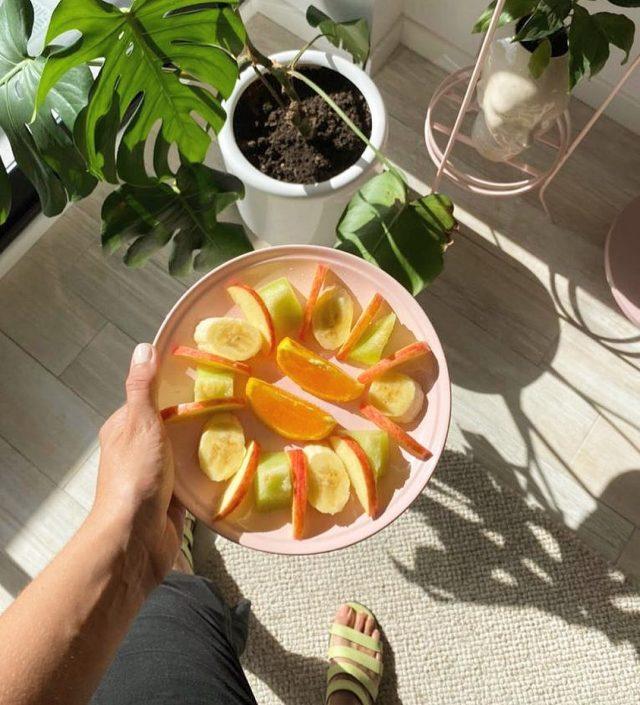 Buen día!  Arrancamos la semana desayunando fruta 🍇 🍋🍓🍌🍊🍍🍐