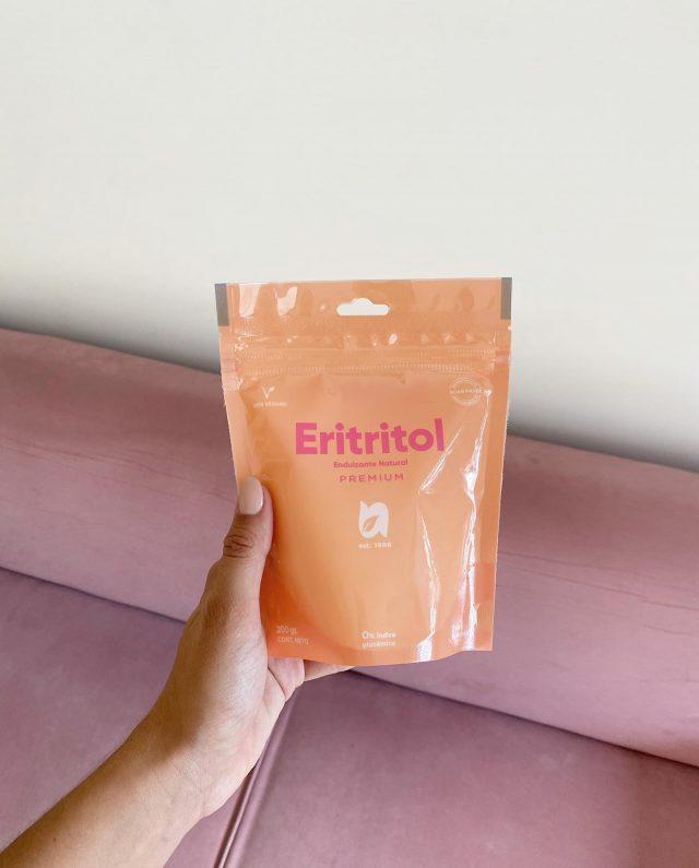 El Eritritol también como el Xilitol, son endulzantes por excelencia elegidos por los diabéticos.  El mayor desafío para cocinar dietas keto son los ingredientes. Y en particular son los endulzantes. El Erititrol tiene un rol fundamental con respecto a las dietas KETO. Su particularidad es de un gusto idéntico al azúcar. Se reemplaza uno a uno con el azúcar  y la idea de que es cristalino y granulado deja la impresión que estás cocinando con azúcar generando un gusto agradable al paladar.  La otra causa de preocupación habitual con los edulcorantes sin calorías es su efecto sobre la microbiota. Aunque nuestro intestino no es capaz de digerirlos (y por eso no tienen calorías), las bacterias que viven en él procesan estas sustancias. Todo lo que comemos influye en las poblaciones de bacterias intestinales (incluyendo el azúcar, que es responsable de que aumenten las bacterias asociadas a la obesidad) y algo parecido se ha visto con grandes cantidades de algunos edulcorantes, que podrían alterar el equilibrio de la microbiota.  Sin embargo, el eritritol también es diferente en este aspecto. La mayor parte se absorbe en el intestino y pasa a la sangre, con lo que no alcanza a las bacterias intestinales y no influye en ellas. Desde la sangre, se elimina directamente en la orina sin influir de forma apreciable en ningún órgano ni tejido.  🌱🌱🌱🌱🌱