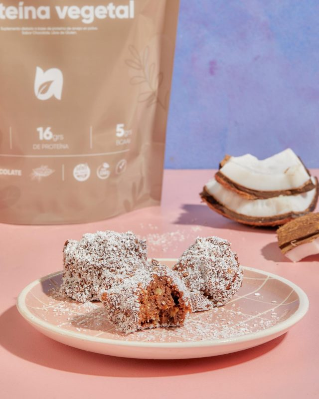 SNICKERS VEGANOS PROTEICOS 🥳  - 2 cucharadas soperas de proteína de chocolate - 1 taza de dátiles - 1/2 taza de harina  - 2 cucharadas de mantequilla de maní - 3 barras de chocolate amargo - 50 mg de leche vegetal - 2 cucharadas de Eritritol   Y a disfrutar! 🤎