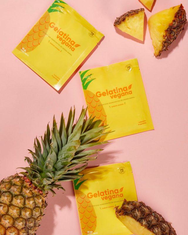 La primavera y los días de calorcito están llegando, y la gelatina vegana de ananá es la combinación perfecta para disfrutarlos al 100% ☀️  🍍 Es una gran aliada para la hidratación 🍍 Controla el colesterol y previene la diabetes 🍍 Nos ayuda a controlar el peso 🍍 Mejora la Digestión