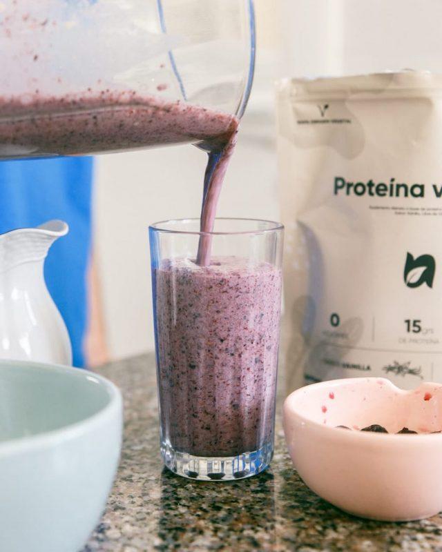Si sos alérgico o sensible al gluten de los productos lácteos, y buscas una proteína vegetal sana... tenemos lo que tu cuerpo y comidas necesitan 😉.  La proteína de arvejas es una fuente rica en aminoácidos esenciales y no esenciales, al no contener gluten ni derivados lácteos, es perfecto para tus riñones y corazón 💗  Combinandola con arándanos, además aportas todos sus beneficios:  - Ayudan a combatir el riesgo de proliferación de células cancerosas cuando estas son pocas y, además, lo hacen sin dañar otras células. - Contienen gran cantidad de antioxidantes, uno de los más importantes son las proantocianidinas. Sirviendo como antiinflamatorio natural. - El ácido gálico que tienen, juega un papel muy importante en cuanto a la función neuronal, porque previene el deterioro cognitivo - Es uno de los mejores alimentos para combatir el colesterol. - La vitamina B es buena para aumentar el crecimiento del pelo, porque mejora la oxigenación y la circulación de la sangre en el cuerpo.  #nuevosalimentos